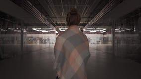 Νέοι όμορφοι περίπατοι γυναικών μόνο σε ένα κλειστό εμπορικό κέντρο φιλμ μικρού μήκους