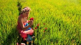 Νέοι όμορφοι περίπατοι κοριτσιών μεταξύ του πράσινου τομέα ρυζιού φιλμ μικρού μήκους