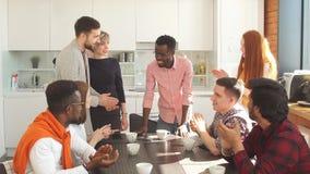 Νέοι όμορφοι υπάλληλοι που απολαμβάνουν τον καφέ κατά τη διάρκεια του σπασίματος απόθεμα βίντεο