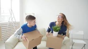 Νέοι Mom και ο γιος κινούνται προς ένα νέο διαμέρισμα φιλμ μικρού μήκους