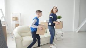 Νέοι Mom και ο γιος κινούνται προς ένα νέο διαμέρισμα απόθεμα βίντεο