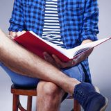 : Νέος άνδρας σπουδαστής που προετοιμάζεται για τους διαγωνισμούς μόνος αναπτυχθείτε στοκ φωτογραφίες