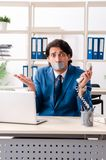 Νέος άνδρας υπάλληλος με την ταινία στο στόμα στοκ εικόνες με δικαίωμα ελεύθερης χρήσης