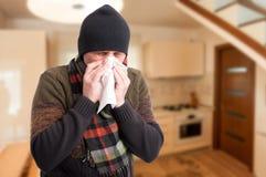 Νέος άρρωστος ιστός εκμετάλλευσης ατόμων και φυσώντας μύτη Στοκ Φωτογραφίες