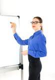 Νέος δάσκαλος γυναικών που στέκεται κοντά στο σχολικό πίνακα η νέα γυναίκα οδηγεί μια διάλεξη Στοκ εικόνα με δικαίωμα ελεύθερης χρήσης