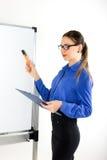 Νέος δάσκαλος γυναικών που στέκεται κοντά στο σχολικό πίνακα η νέα γυναίκα οδηγεί μια διάλεξη Στοκ φωτογραφία με δικαίωμα ελεύθερης χρήσης