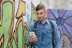 Νέος έφηβος με το τηλέφωνο κυττάρων της Στοκ εικόνες με δικαίωμα ελεύθερης χρήσης