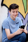Νέος έφηβος με το τηλέφωνο κυττάρων της Στοκ Εικόνα