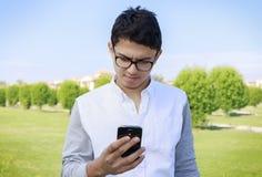 Νέος έφηβος με το smartphone Στοκ φωτογραφίες με δικαίωμα ελεύθερης χρήσης