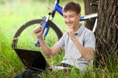 νέος έφηβος πάρκων lap-top Στοκ φωτογραφίες με δικαίωμα ελεύθερης χρήσης