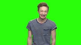 Νέος έφηβος που γελά σκληρά απόθεμα βίντεο