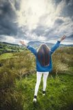 Νέος έφηβος στο λιβάδι βουνών στο καλοκαίρι στοκ εικόνα με δικαίωμα ελεύθερης χρήσης