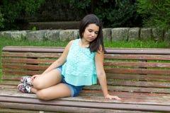 Νέος έφηβος στο πάρκο στοκ εικόνες