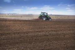 Νέος αγρότης στο τρακτέρ Στοκ εικόνες με δικαίωμα ελεύθερης χρήσης