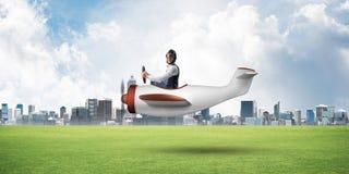 Νέος αεροπόρος που οδηγεί το μικρό αεροπλάνο προωστήρων στοκ εικόνα