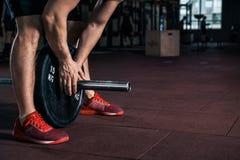 Νέος αθλητής που παίρνει έτοιμος για την κατάρτιση ανύψωσης βάρους Στοκ Φωτογραφία