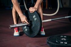 Νέος αθλητής που παίρνει έτοιμος για την κατάρτιση ανύψωσης βάρους Στοκ Φωτογραφίες