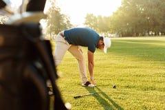 Νέος αθλητικός τύπος γκολφ που θερμαίνει τις ασκήσεις Στοκ Εικόνες