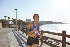 Νέος αθλητής που τρέχει στην ακτή παραλιών Στοκ Εικόνα