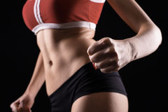 Νέος αθλητισμός ένα προκλητικό κορίτσι σε ένα κόκκινο πουκάμισο και μαύρα σορτς στοκ φωτογραφία με δικαίωμα ελεύθερης χρήσης