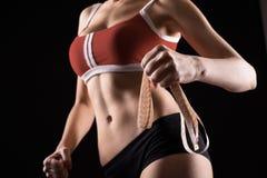 Νέος αθλητισμός ένα προκλητικό κορίτσι σε ένα κόκκινο πουκάμισο και μαύρα σορτς στοκ εικόνες