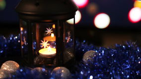 Νέος λαμπτήρας έτους Χριστουγέννων με το υπόβαθρο κεριών, κινηματογράφηση σε πρώτο πλάνο απόθεμα βίντεο