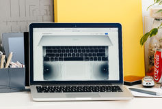Νέος αμφιβληστροειδής του MacBook Pro με το φραγμό αφής με το ηχητικό σύστημα specs Στοκ φωτογραφία με δικαίωμα ελεύθερης χρήσης