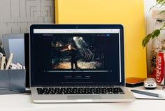 Νέος αμφιβληστροειδής του MacBook Pro με το φραγμό αφής με το νέο τρέχοντας παιχνίδι παιχνιδιών Στοκ φωτογραφία με δικαίωμα ελεύθερης χρήσης