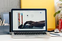 Νέος αμφιβληστροειδής του MacBook Pro με το φραγμό αφής Στοκ Φωτογραφίες