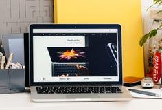 Νέος αμφιβληστροειδής του MacBook Pro με το iphone 7 φραγμών αφής συν Στοκ Φωτογραφίες