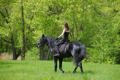 Νέος αναβάτης πλατών αλόγου που έχει την ευχαρίστηση στο δάσος Στοκ Εικόνες