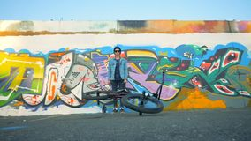 Νέος αναβάτης που ρίχνει το ποδήλατό του, σε αργή κίνηση απόθεμα βίντεο