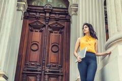 Νέος ανατολικός ινδικός αμερικανικός φοιτητής πανεπιστημίου που μελετά στη Νέα Υόρκη στοκ εικόνα