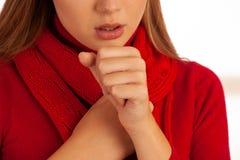 Νέος ανεπαρκής βήχας γυναικών καθώς κρύωσε και γρίπη - απεργία ασθένειας στοκ εικόνες