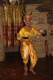 Νέος από το Μπαλί θηλυκός χορευτής που εκτελεί τον παραδοσιακό χορό Legong Στοκ Εικόνες