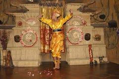 Νέος από το Μπαλί θηλυκός χορευτής που εκτελεί τον παραδοσιακό χορό Legong Στοκ Φωτογραφίες