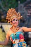 Νέος από το Μπαλί θηλυκός χορευτής που εκτελεί τον παραδοσιακό χορό Στοκ Φωτογραφία
