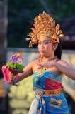 Νέος από το Μπαλί θηλυκός χορευτής που εκτελεί τον παραδοσιακό χορό Στοκ Εικόνες