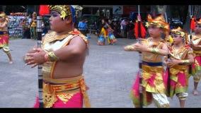 Νέος από το Μπαλί χορευτής αγοριών. απόθεμα βίντεο