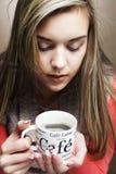 Νέος αρκετά σγουρός καφές κατανάλωσης γυναικών στοκ φωτογραφίες