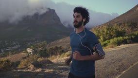 Νέος αρσενικός αθλητής που τρέχει σε σε αργή κίνηση φιλμ μικρού μήκους
