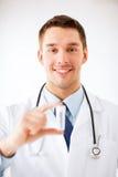 Νέος αρσενικός γιατρός με τον κενό δοκιμή-σωλήνα Στοκ φωτογραφία με δικαίωμα ελεύθερης χρήσης