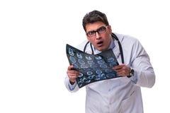 Νέος αρσενικός γιατρός που κρατά μια ακτηνογραφία απομονωμένη στο άσπρο backgro Στοκ εικόνα με δικαίωμα ελεύθερης χρήσης
