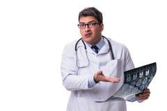 Νέος αρσενικός γιατρός που κρατά μια ακτηνογραφία απομονωμένη στο άσπρο backgro Στοκ Εικόνα