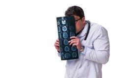 Νέος αρσενικός γιατρός που κρατά μια ακτηνογραφία απομονωμένη στο άσπρο backgro Στοκ Εικόνες