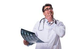 Νέος αρσενικός γιατρός που κρατά μια ακτηνογραφία απομονωμένη στο άσπρο backgro Στοκ Φωτογραφία
