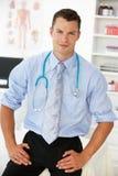 Νέος αρσενικός γιατρός στη διαβούλευση του δωματίου στοκ εικόνα