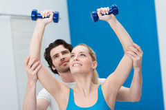 Νέος αρσενικός εκπαιδευτικός ικανότητας σε μια γυμναστική Στοκ Φωτογραφία