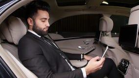 Νέος αρσενικός επιχειρηματίας που μιλά στο τηλέφωνο στο αυτοκίνητο απόθεμα βίντεο
