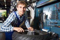 Νέος αρσενικός μηχανικός που εργάζεται στο αυτόματο κατάστημα επισκευής στοκ εικόνες